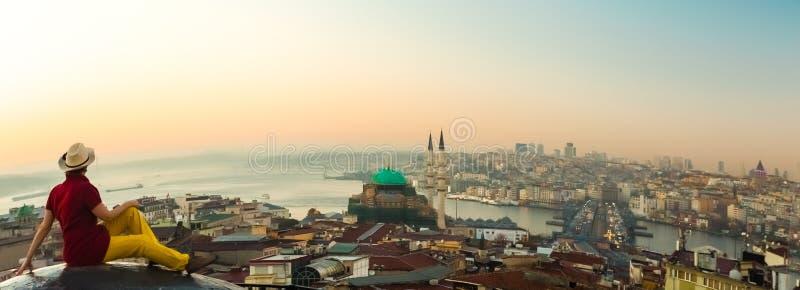 Vista panorámica de la ciudad en la salida del sol con horizonte curvado imagen de archivo libre de regalías