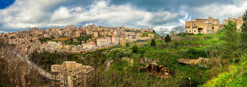 Vista panorámica de la ciudad Enna, Sicilia imagenes de archivo