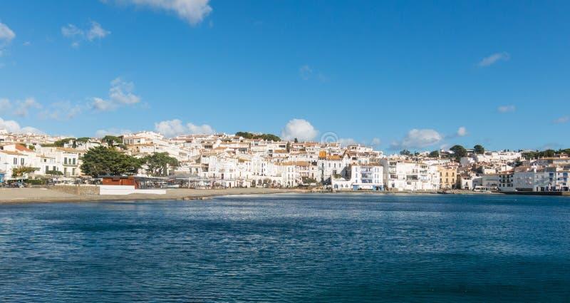 Vista panorámica de la ciudad española de Cadaques, el pequeño famoso fotografía de archivo libre de regalías