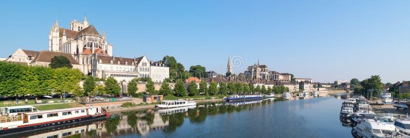 Vista panorámica de la ciudad histórica de Auxerre con el río de Yonne y la abadía de St Germain, Borgoña foto de archivo libre de regalías