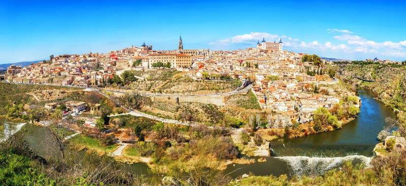 Vista panorámica de la ciudad histórica de Toledo con el río Tajo, S fotografía de archivo