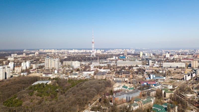 Vista panorámica de la ciudad de Kiev con casas modernas y un parque, Kiev, Ucrania, visión aérea imagen de archivo