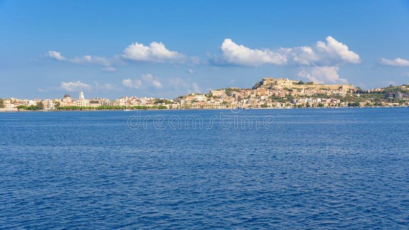 Vista panorámica de la ciudad de Milazzo del mar fotos de archivo