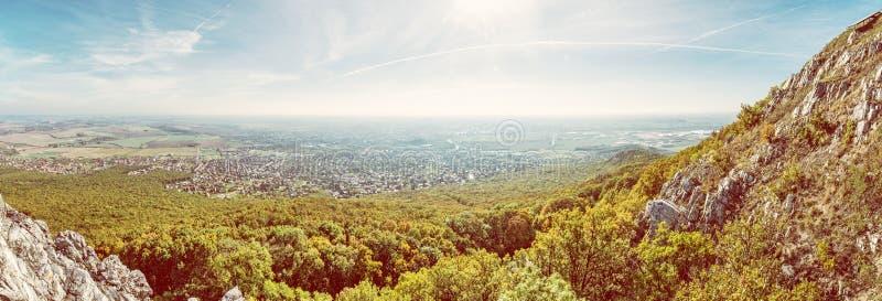 Vista panorámica de la ciudad de Nitra de la colina de Zobor imagenes de archivo