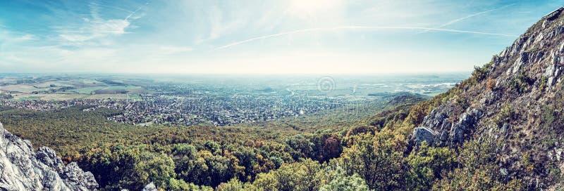 Vista panorámica de la ciudad de Nitra de la colina de Zobor foto de archivo