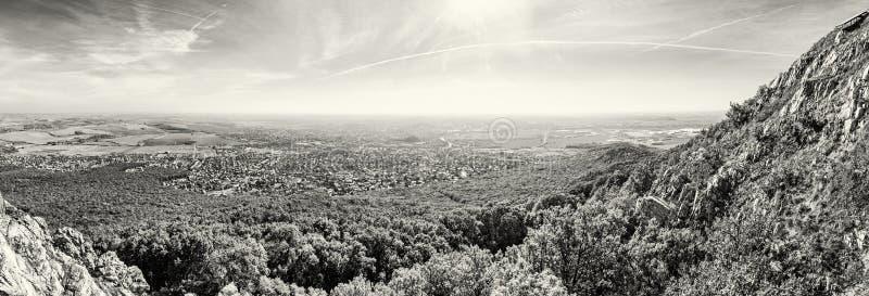 Vista panorámica de la ciudad de Nitra de la colina de Zobor, descolorida fotografía de archivo libre de regalías