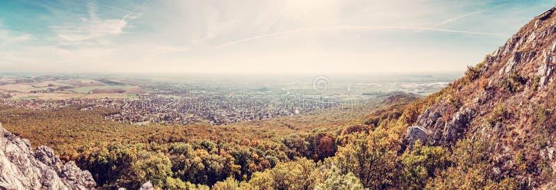 Vista panorámica de la ciudad de Nitra de la colina de Zobor, filtro retro fotografía de archivo libre de regalías