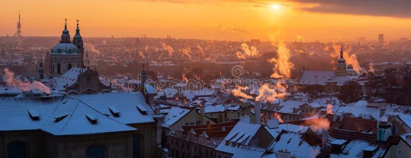 Vista panorámica de la ciudad de Praga en invierno imagen de archivo