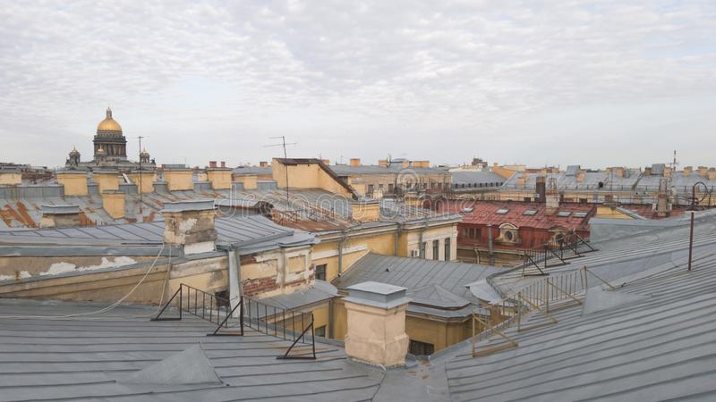 Vista panorámica de la ciudad de St Petersburg Vista de los tejados de la ciudad y de la bóveda de la catedral del St Isaac camin fotos de archivo libres de regalías