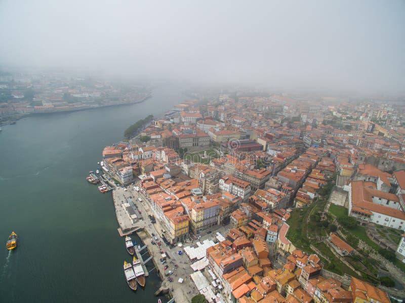 Vista panorámica de la ciudad vieja de Oporto Uno voló sobre los tejados de las casas, de un río y de un puente imágenes de archivo libres de regalías