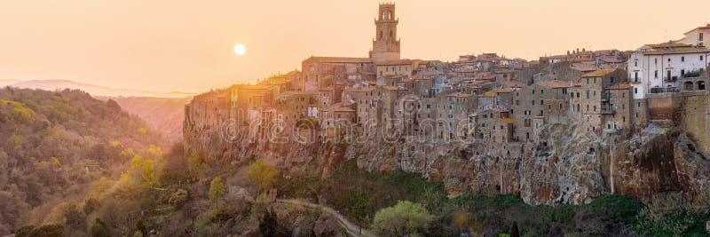 Vista panorámica de la ciudad vieja de Pitigliano en puesta del sol imagenes de archivo