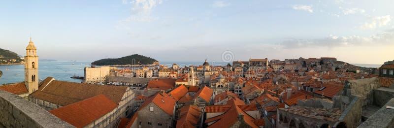 Vista panorámica de la ciudad vieja de Dubrovnik de las paredes foto de archivo