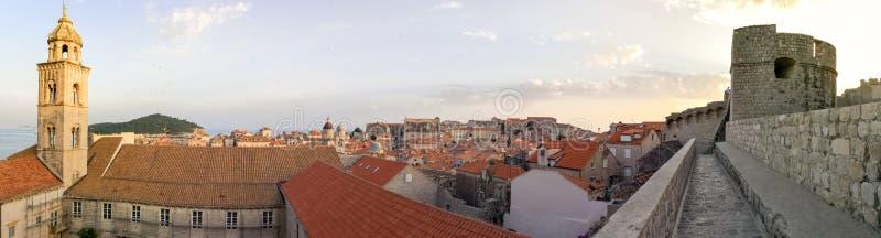 Vista panorámica de la ciudad vieja de Dubrovnik de las paredes fotografía de archivo libre de regalías