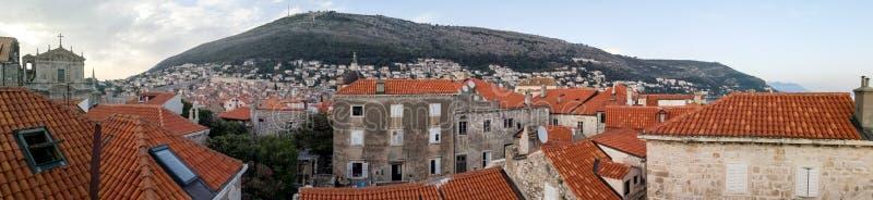 Vista panorámica de la ciudad vieja de Dubrovnik de las paredes fotos de archivo