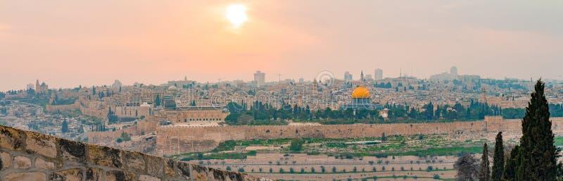 Vista panorámica de la ciudad vieja de Jerusalén y de la Explanada de las Mezquitas durante una puesta del sol colorida dramática fotos de archivo libres de regalías