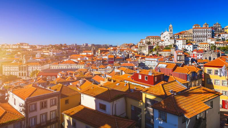 Vista panorámica de la ciudad vieja de Oporto (Oporto) y de Ribeira sobre el río del Duero, Portugal Concepto de World Travel, ha foto de archivo libre de regalías