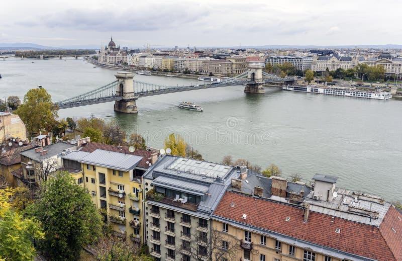 Vista panorámica de la ciudad vieja y del río Danubio en otoño en Budapest, Hungría imagen de archivo