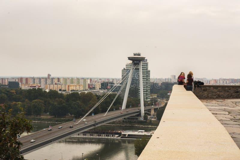 Vista panorámica de la ciudad y del Danubio, del castillo de Bratislava imagenes de archivo
