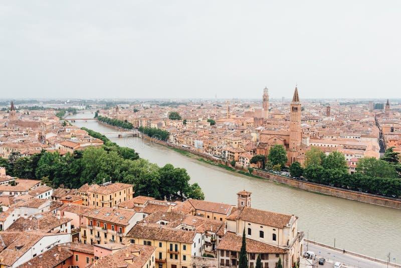 Vista panorámica de la ciudad y del río del Adigio, Italia de Verona Silueta del hombre de negocios Cowering fotografía de archivo libre de regalías
