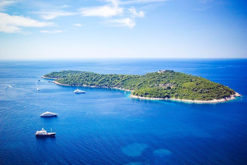 Vista panorámica de la costa dálmata de la isla de Lokrum del mar adriático en Dubrovnik Mar azul con los yates blancos, paisaje  imágenes de archivo libres de regalías