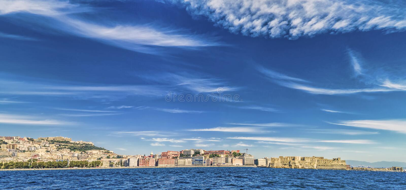 Vista panorámica de la costa de Nápoles imagenes de archivo