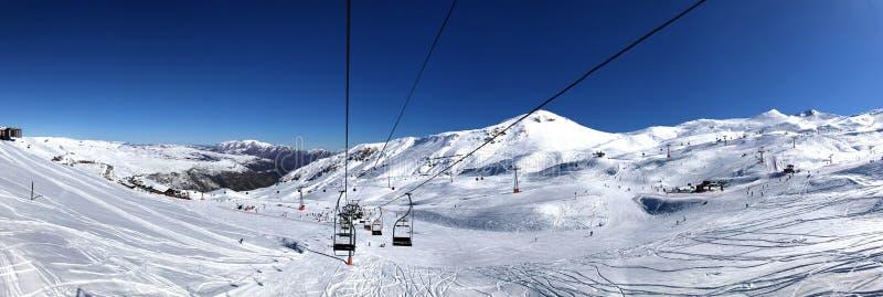 Vista panorámica de la estación de esquí, cuesta, gente en el remonte, esquiadores en el piste en Valle Nevado fotografía de archivo libre de regalías