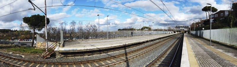Vista panorámica de la estación de tren y de las vías imagenes de archivo