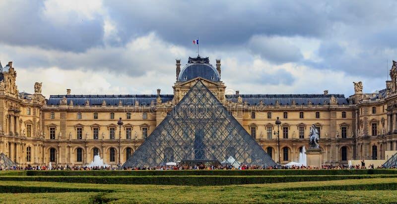 Vista panorámica de la fachada del museo famoso del Louvre, de uno de los museos de arte más grandes del mundo y de un monumento  imágenes de archivo libres de regalías