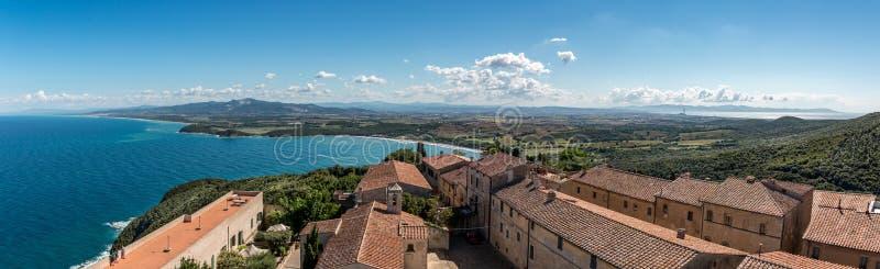 Vista panorámica de la fortaleza en Populonia, Toscana, Italia, visión, panorama, foto de archivo libre de regalías