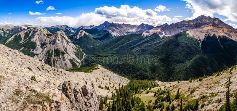 Vista panorámica de la gama de montañas rocosas, Alberta, Canadá fotografía de archivo