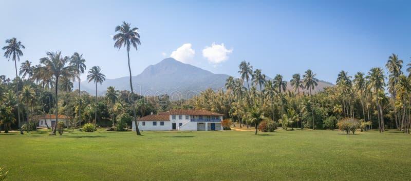 Vista panorámica de la granja colonial anterior del molino de agua de Fazenda Engenho Dagua - Ilhabela, Sao Paulo, el Brasil imagen de archivo libre de regalías