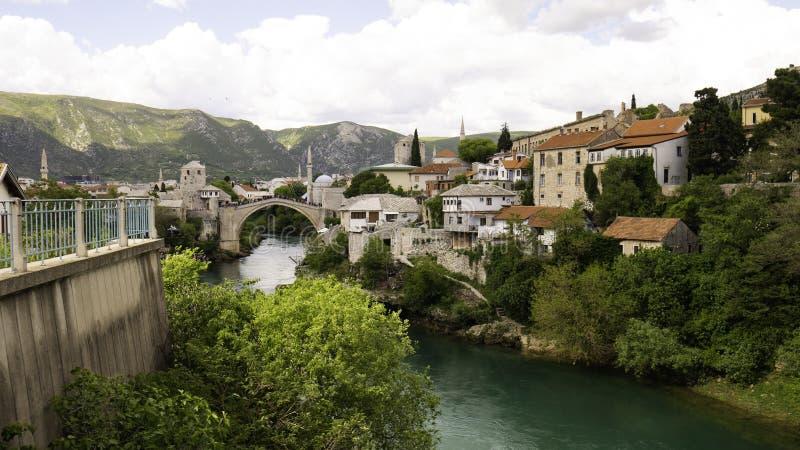 Vista panorámica de la histórica ciudad de Mostar con el famoso Old Bridge Stari Most, Bosnia y Herzegovina fotografía de archivo libre de regalías