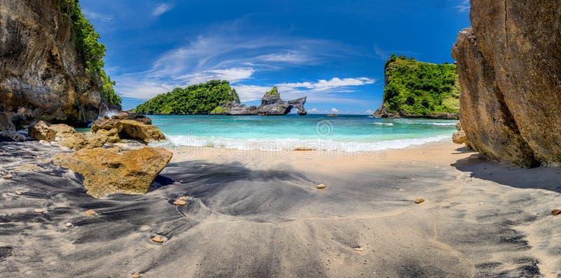 Vista panorámica de la idílica playa tropical con islita y agua limpia y azul perfecta fotografía de archivo libre de regalías