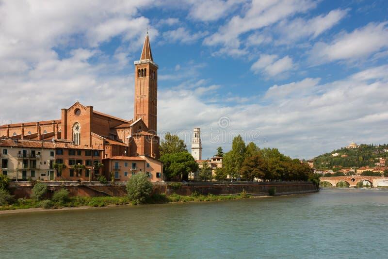 Vista panorámica de la iglesia dominicana de Sant'Anastasia en Verona fotografía de archivo