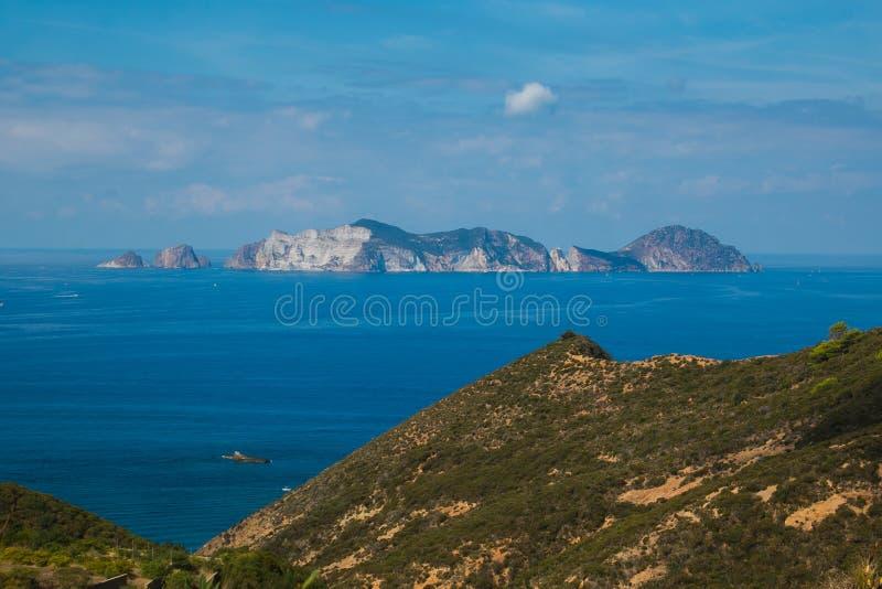 Vista panorámica de la isla de Palmarola en Lazio en la estación de verano imagen de archivo