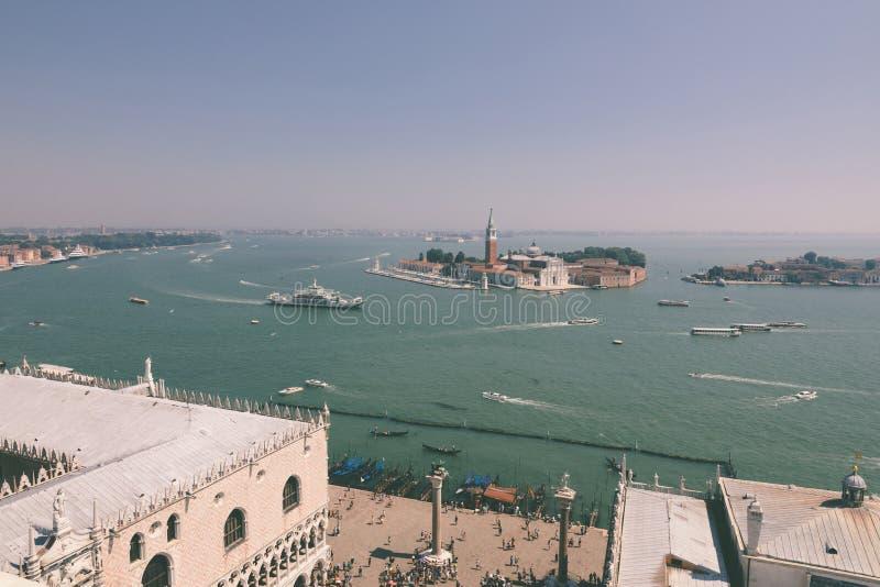 Vista panorámica de la isla San Giorgio Maggiore desde el Campanile de San Marcos imagenes de archivo