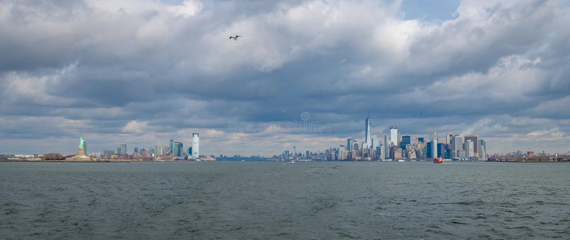 Vista panorámica de la isla y de Liberty Statue - Nueva York, los E.E.U.U. del horizonte y de Libery del Lower Manhattan foto de archivo libre de regalías