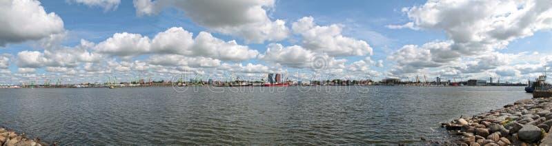 Vista panorámica de la laguna de Curonian del mar Báltico cerca del puerto de Klaipeda imagen de archivo