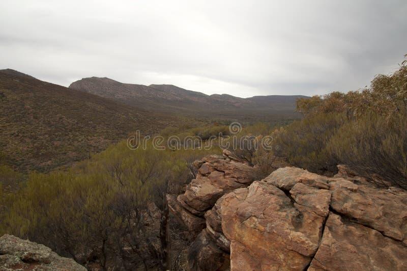 Vista panorámica de la libra con colores del otoño en el arbusto y el afloramiento rocoso imagen de archivo