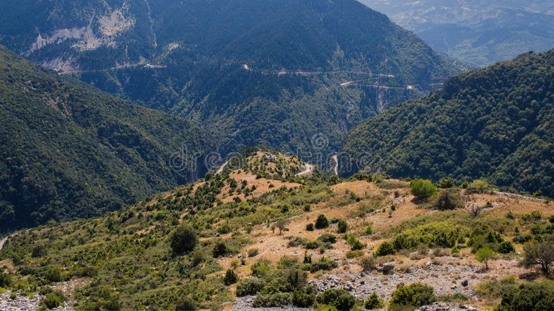 Vista panorámica de la montaña en el parque nacional de Tzoumerka, región de Grecia Epirus Montaña foto de archivo