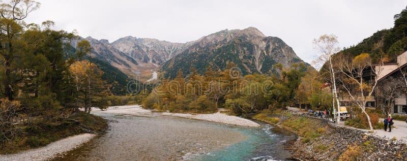 Vista panorámica de la montaña hermosa de la nieve con el río en el parque nacional de Kamikochi imagen de archivo libre de regalías