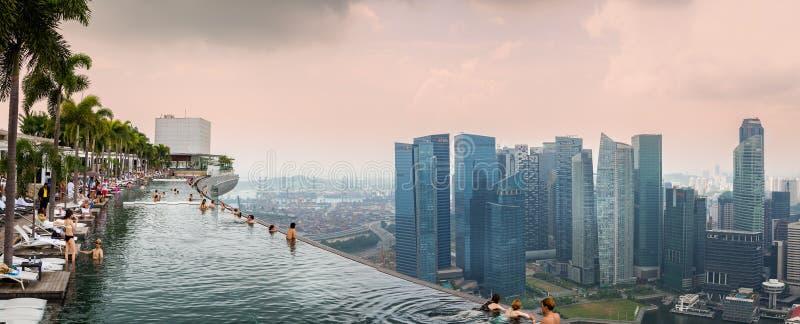 Vista panorámica de la piscina del top del tejado en Marina Bay Sands Hotel en Singapur foto de archivo libre de regalías