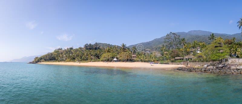 Vista panorámica de la playa de DA Feiticeira del Praia - Ilhabela, Sao Paulo, el Brasil imagenes de archivo