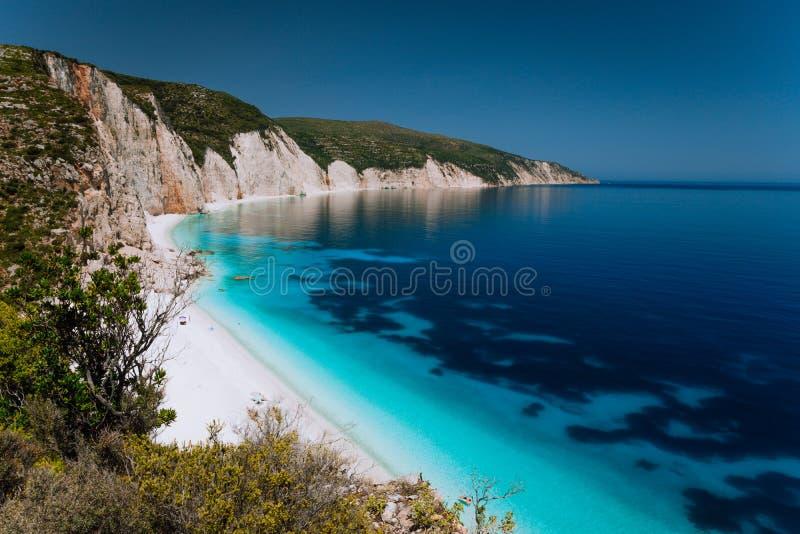 Vista panorámica de la playa de Fteri, laguna azul con la costa costa rocosa, Kefalonia, Grecia Verde esmeralda azul claro tranqu fotos de archivo