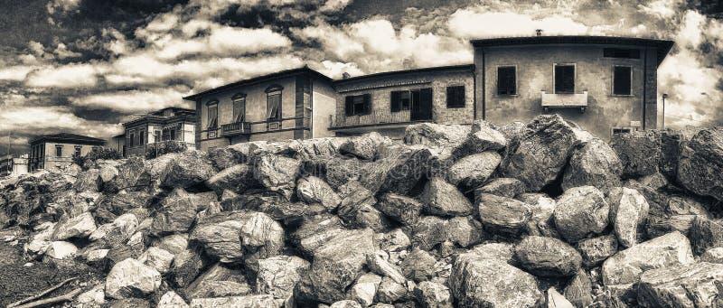 Vista panorámica de la playa hermosa con las rocas y los hogares foto de archivo