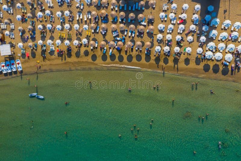 Vista panorámica de la playa y de la bahía de la isla griega de Rodas, hermosa laguna, bañistas, el concepto de vacaciones foto de archivo libre de regalías