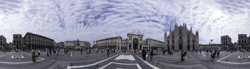 Vista panorámica de la plaza del Duomo, Milán, Italia imagenes de archivo