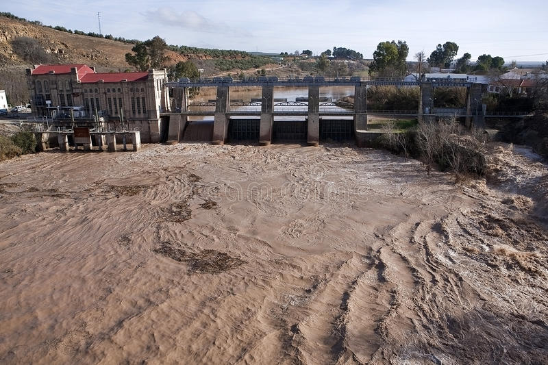 Vista panorámica de la presa y de la planta hidroeléctrica en Mengibar fotos de archivo