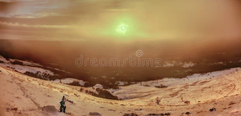 Vista panorámica de la puesta del sol del colorfull en montañas cerca del mar GR imagen de archivo