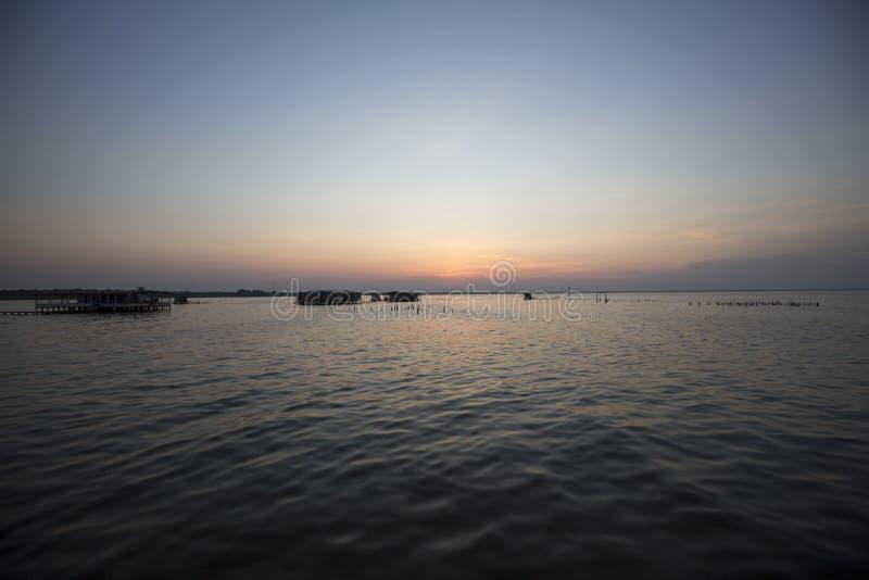 Vista panorámica de la puesta del sol en el lago de Maracaibo, Venezuela foto de archivo libre de regalías